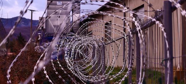 Barrera alhambrada alrededor de una prisiónUnsplash/Hédi Benyounes
