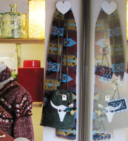 Bufanda multicolor-bolso de piel con cadena larga