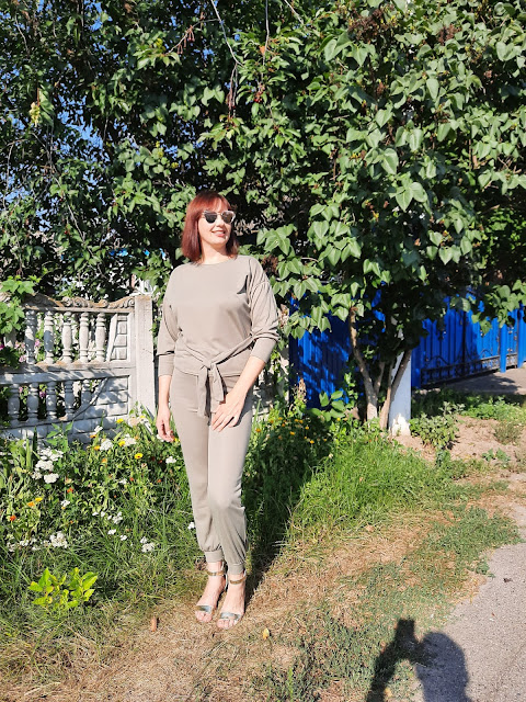 https://femmeluxefinery.co.uk/products/khaki-boxy-long-sleeved-tie-loungewear-set-leah