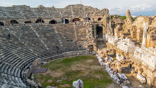 Sonbahar'da Türkiye'de gezilecek yerlerin başında Side geliyor. Hem tarih ve kültür turu, hem güneşlenmek için sonbahar aylarında Side ideal bir tatil beldesi.
