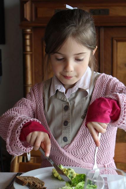 Dorothea freut sich über das köstliche Konfirmationsessen der Heckerstuben