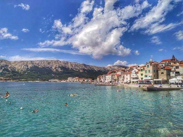 zatoka w Baśce, Chorwacja, wyspa Krk, widok na miasto