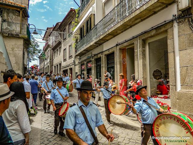 Desfile de fanfarras na Festa de São Gonçalo, Amarante, Portugal