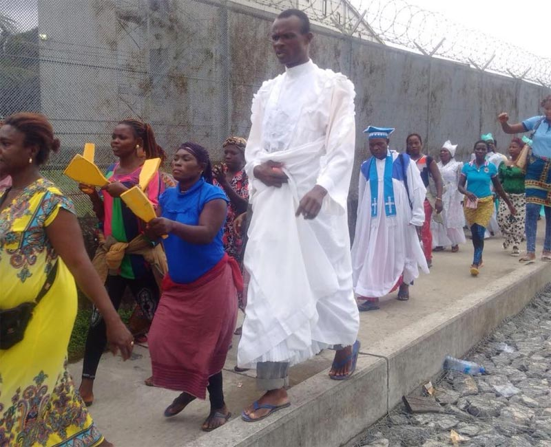 Warri indigenes continue siege/protest, celebrate Sunday mass inside Chevron oil company facility