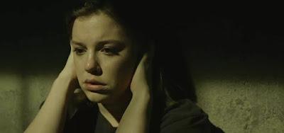 Dalila (Alice Wegmann) reflete pelos vários crimes que cometeu em seu plano de vingança