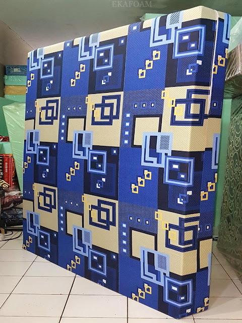 Kasur inoac motif abstrak kusen biru