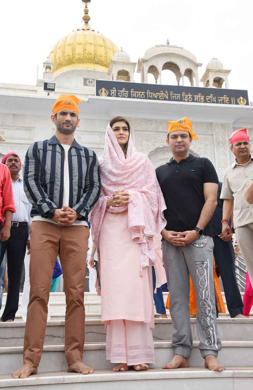 Kriti Sanon and Sushant Singh Rajput at Gurudwara Bangla Sahib at New Delhi