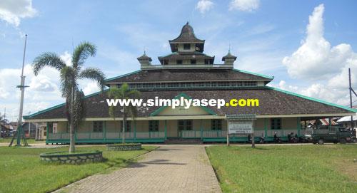 "MASJID JAMIK : Masjid Jamik Sultan Syarif Abdurrahman atau Masjid Jamik adalah masjid tertua di Pontianak.  Pengunjung harus datang ke sini agar ""sah"" sudah pernah berada di Pontianak. Foto Asep Haryono"