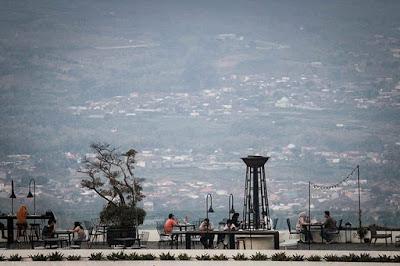 Keindahan Pemandangan dari Fifteen Celcius Skylounge Hotel Amarta Hills Batu Malang