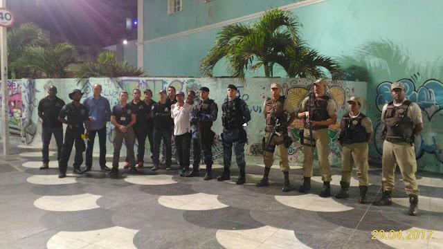 Órgãos da prefeitura e PM em ação conjunta na orla do Rio Vermelho
