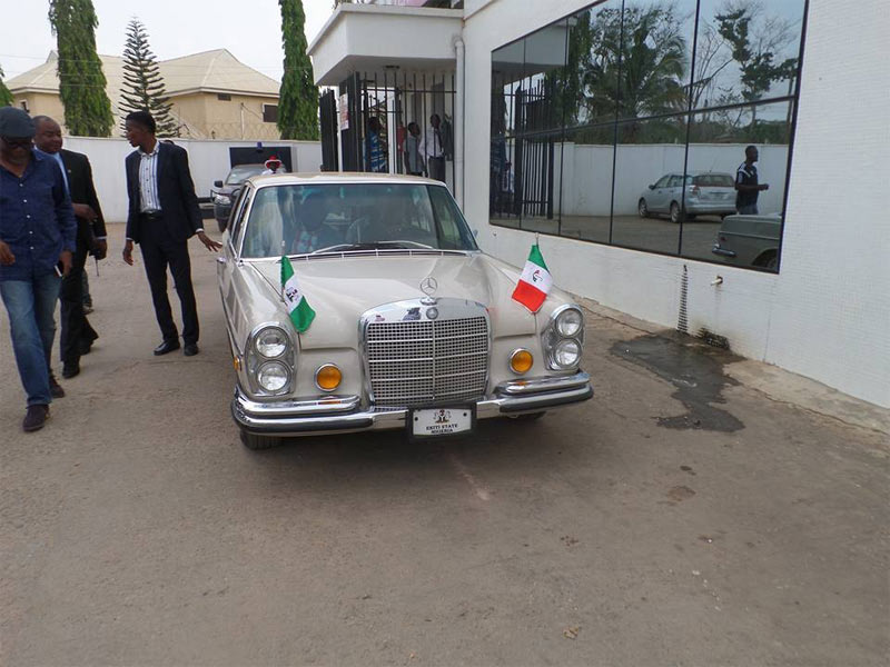 Fayose storms Zenith Bank in vintage Mercedes to withdraw his money