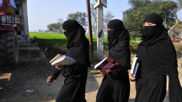 डिग्री कॉलेज में छात्राओं के बुर्का पहनने पर रोक - newsonfloor.com