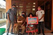 Pemdes Kadu Agung Timur Salurkan BLT Dana Desa Tahap Dua Kepada 100 Warga