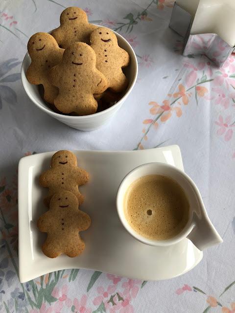 Tasse de café accompagnée des bonshommes en pain d'épices