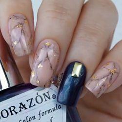 unhas nude com glitter dourado