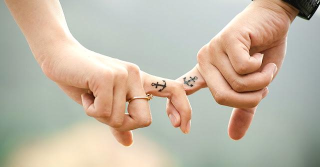 влюбени се държат за ръце
