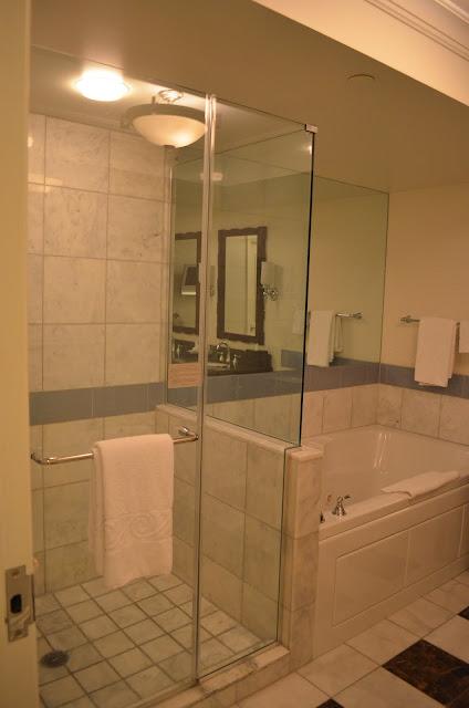 Banheiro com hidromassagem e chuveiro.