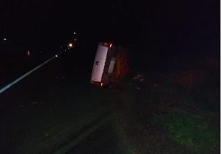 Imagem de um veículo tombado à beira da estrada