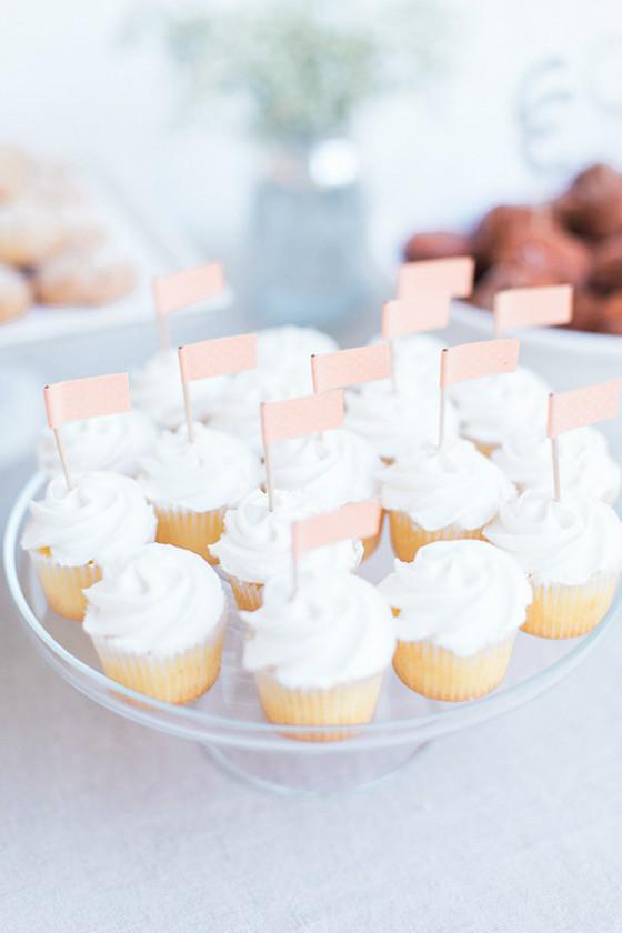 imagen_primer_cumpleaños_casa_blanco_mesa_dulces_banderitas