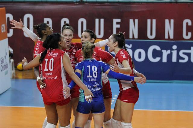 Osasco comemora ponto diante de Curitiba no jogo 1 das quartas de final da Superliga feminina