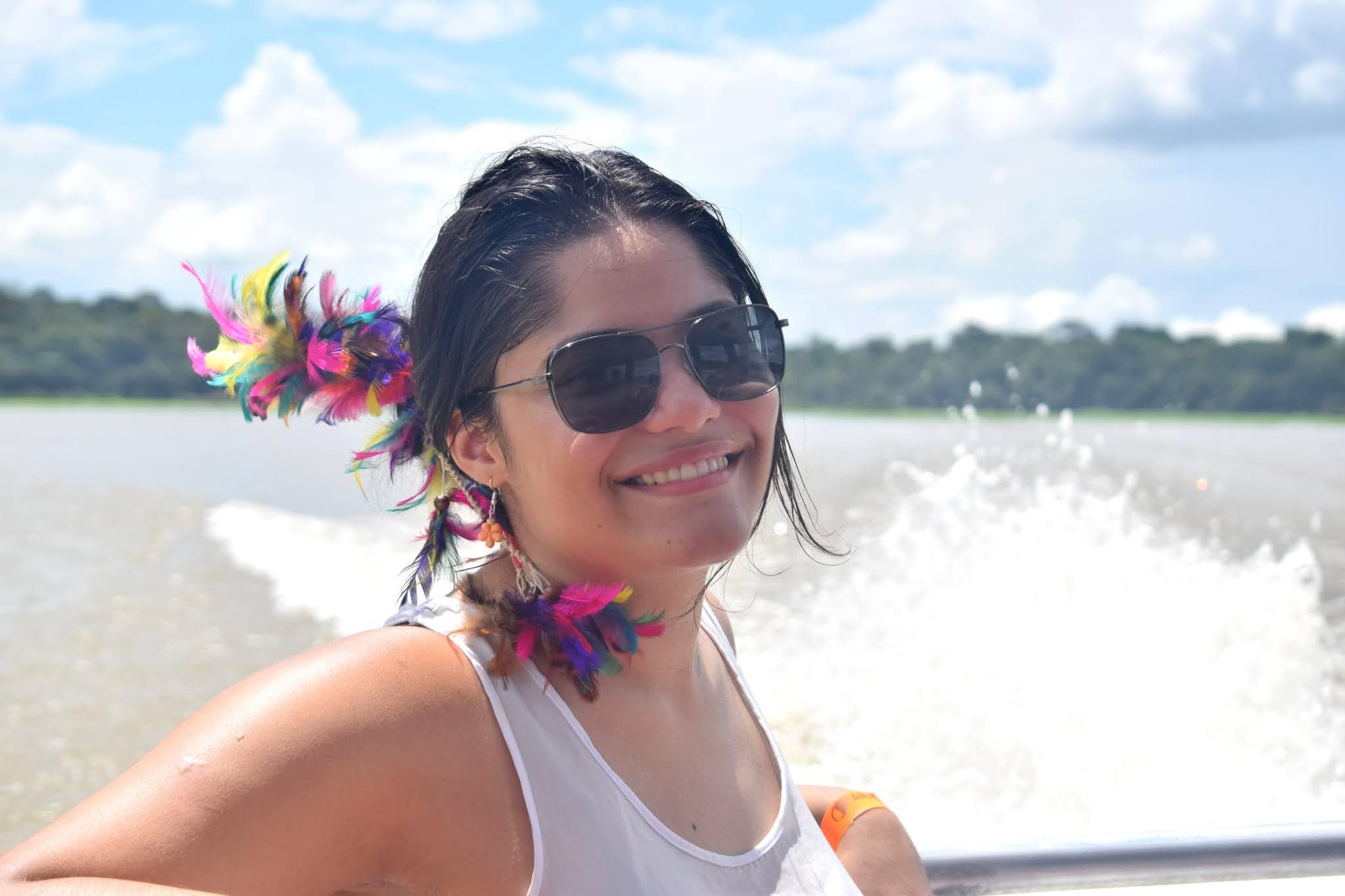 mulher em um barco