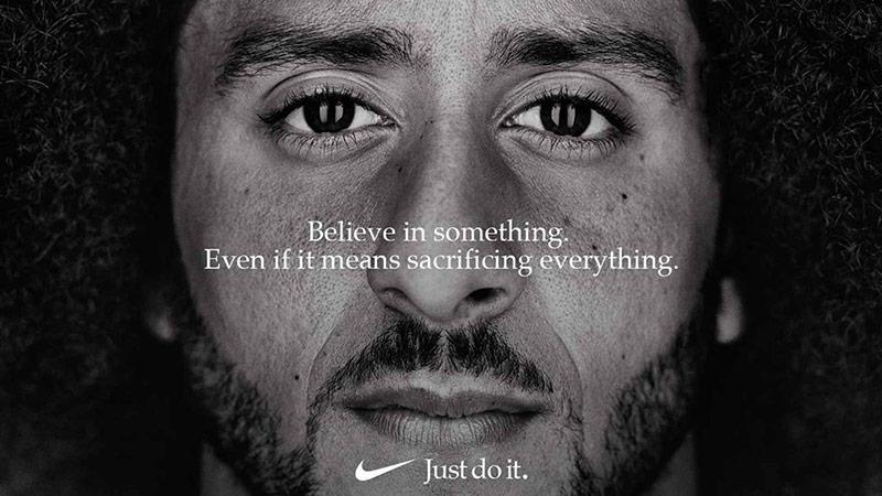 """Tuy hứng chịu nhiều gạch đá nhưng Kaepernick và chiến dịch """"Believe in Something"""" của Nike đã tạo được những kỷ lục đáng kể. Bằng chứng là doanh số tăng vọt 31% và giá cổ phiếu của công ty đạt mức cao nhất mọi thời đại."""