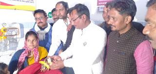 Jaunpur : कांग्रेसियों ने प्रियंका के जन्मदिन पर मरीजों को दिया फल
