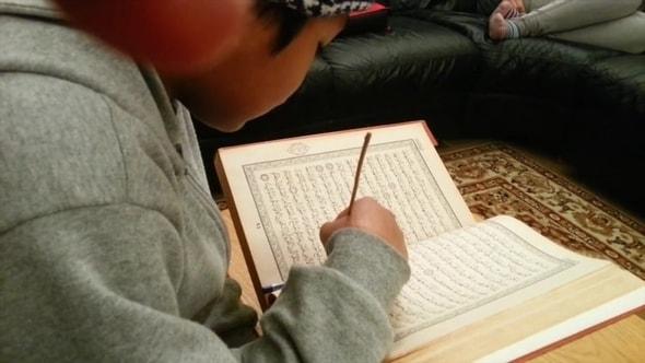لقطات للمونتاج | طفل يقرأ القرآن