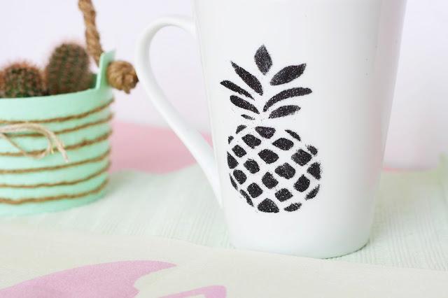 Deko-Tasse mit Ananas-Motiv