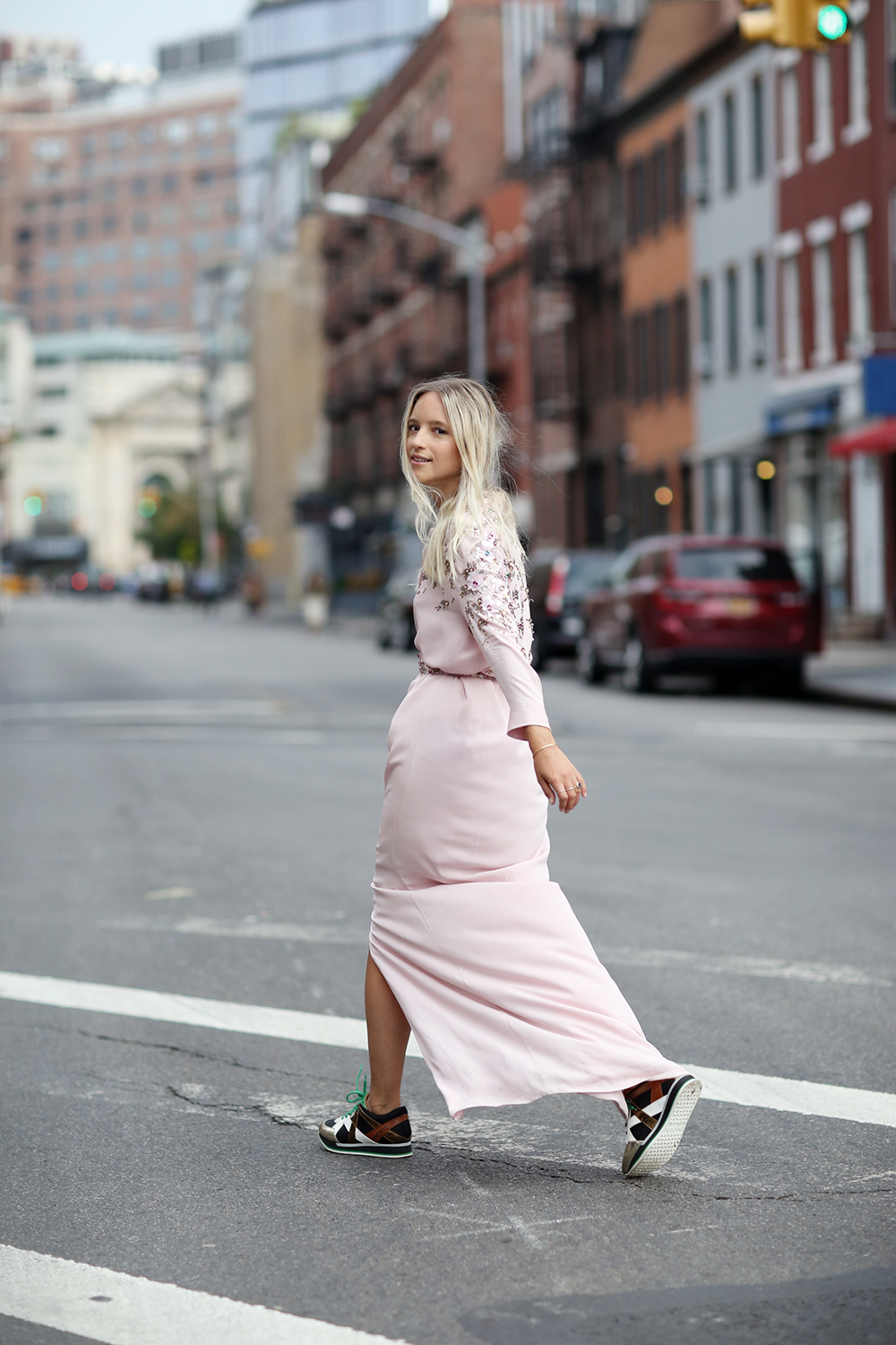 Long Dress Sneakers Maxi Vestido Y Deportivas Front Row