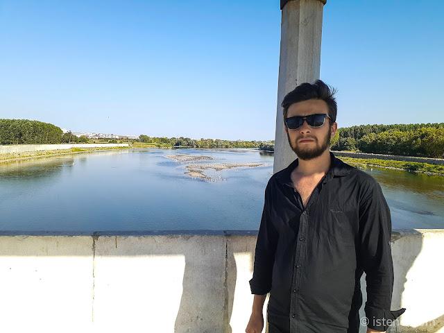 """Harun İstenci Edirne'de, Meriç ve Tunca Nehirlerinin kesiştiği noktada tarihi Meriç Köprüsü'nün """"güneş köşkü"""" seyir köşkünde."""