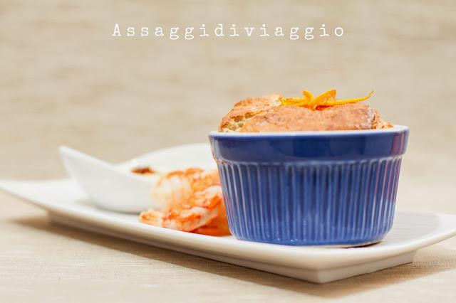 Soufflé di carciofi agrumati con salsa supreme allo zafferano e gamberi all'arancia