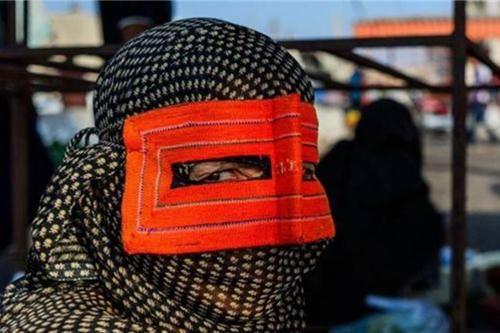 Những phụ nữ đeo mặt nạ bí ẩn ở Trung Đông 12