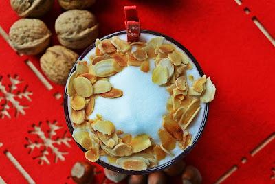 Świąteczna kawa z kremem makowym i prażonymi płatkami migdałów