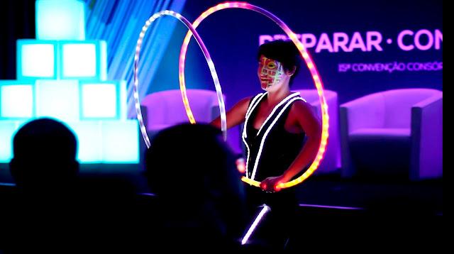Show de abertura com malabaristas de luzes na Convenção de Vendas da Porto Seguro, Centro de Convenções Rebouças SP.