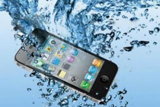 Ένα πανέξυπνο κόλπο για να στεγνώσεις αμέσως το κινητό σου που μόλις βράχηκε