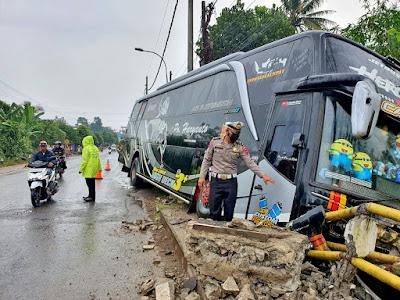 bus-po-haryanto-menabrak-jembatan-di-bojong-pekalongan