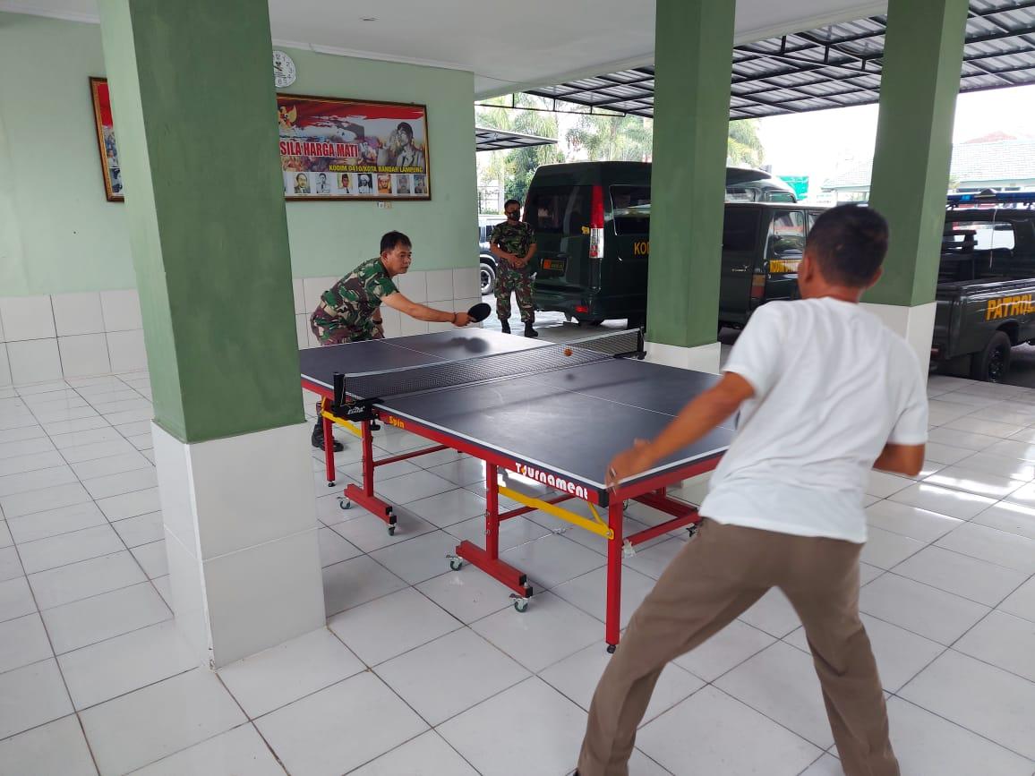 Anggota Kodim 0410/KBL disela-sela waktu istirahatnya memanfaatkan sarana olahraga yang ada di Kodim 0410/KBL Jl. Imam Bonjol Kel. Gunung Agung