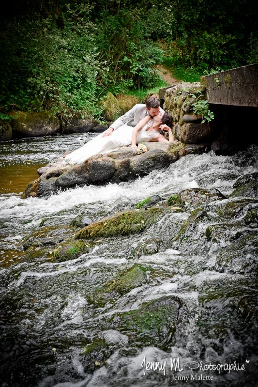 photo mariés avec rivière, cascade, nature