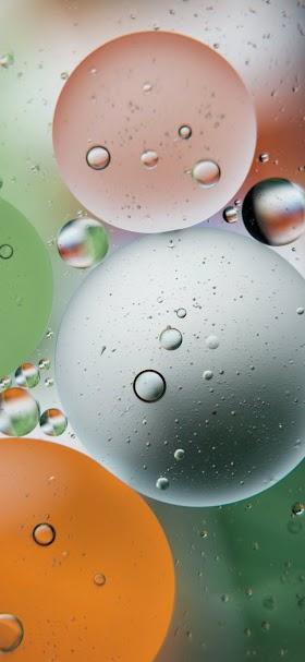 خلفية قطرات مياه علي سطح زجاجي شفاف تحت المجهر