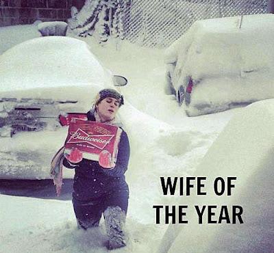 Frau trägt Bierkasten lustig - Die beste Frau der Welt
