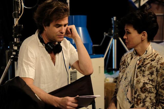 Reżyser filmu, Rupert Goold, wraz z Renée Zellweger.