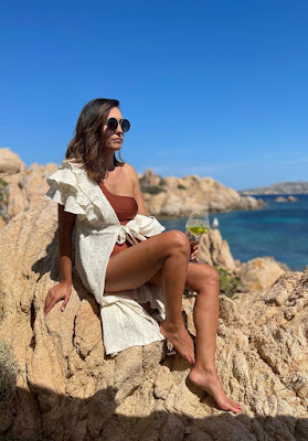 Caterina Balivo in costume da bagno sugli scogli Isola della Maddalena 9 giugno