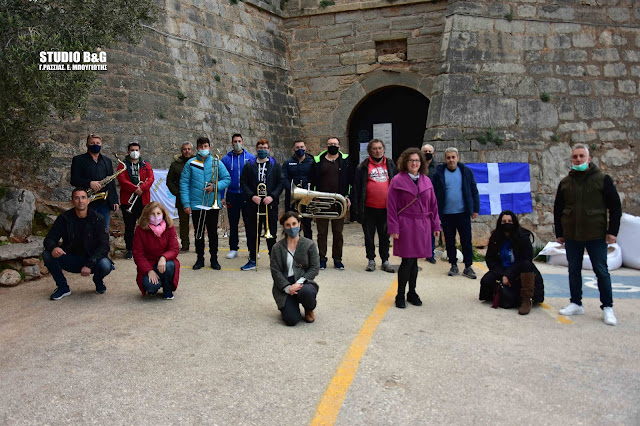 Ναύπλιο 25η Μαρτίου: Τραγούδησαν τον εθνικό ύμνο στο Παλαμήδι (βίντεο)