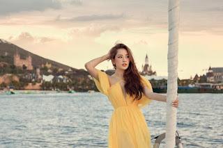 Chi Pu mặc đầm xẻ cao thả dáng trên du thuyền, đôi chân dài miên man