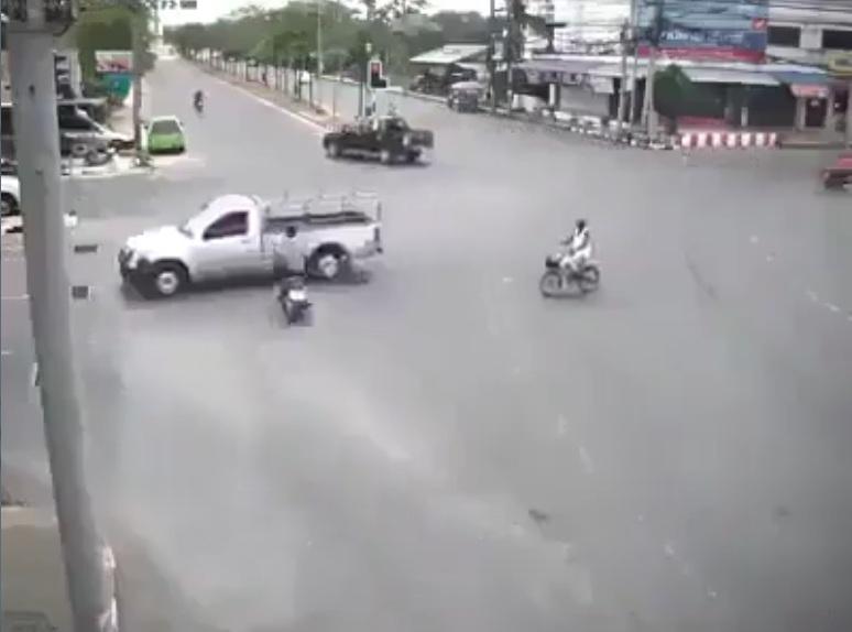 Thanh niên vượt đèn đỏ  Đâm ngang thân ô tô