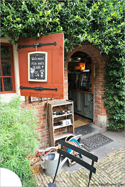 Entrada a la Cafetería De Koffieschenkerij en Amsterdam