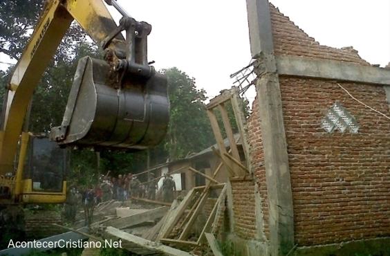 Momento preciso de la destrucción de una iglesia en Indonesia