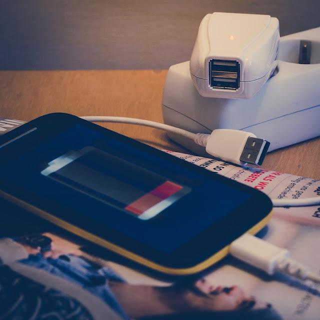 Bahaya Penggunaan Charger Palsu : Pria Ini Meninggal Kesetrum Akibat Bermain Game Sambil Nge-charge Smartphonenya