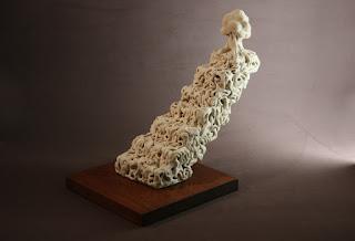 Escultura de cerámica escalones de raíces y un árbol